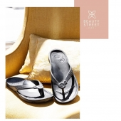 Savez-vous qu'un mauvais choix de chaussures peut nuire à vos pieds, votre dos ou votre posture sur le long terme ? Connaissez-vous les risques de porter des chaussures inadaptées à votre pratique ?   Agissez dès maintenant et faites le bon de choix de chaussures ! Si vous travaillez debout toute la journée les tongs Saint Tropez seront idéales de par leur confort et leur souplesse. Evitez ainsi les problèmes de jambes lourdes, les maux de dos et de pieds liés à une chaussure inadéquate.   Une option Beauty Street qui vous permettra de travailler dans des conditions optimales et de vous offrir le bien-être essentiel dont vous avez besoin.  #beautystreetparis #vetementsprofessionnels #modeprofessionnelle #confortautravail #chaussuresprofessionnelles #chaussuresdetravail #tong #accessoires #confort #professionnelsdelasanté #estheticienne #spa #lundisdelesthetique  #lne
